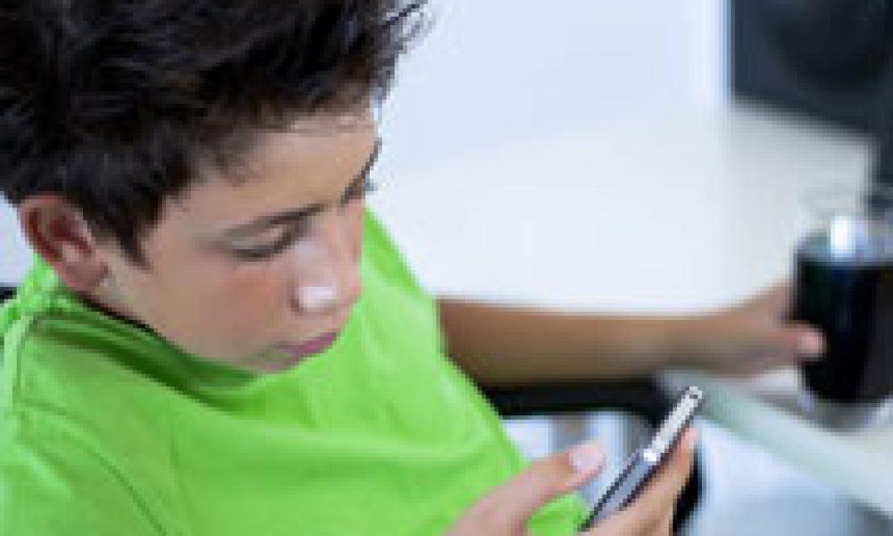 Troppa tecnologia e cibi spazzatura: sempre più giovani ipertesi